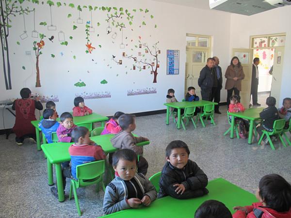双语幼儿园的老师们培育好各族的娃娃