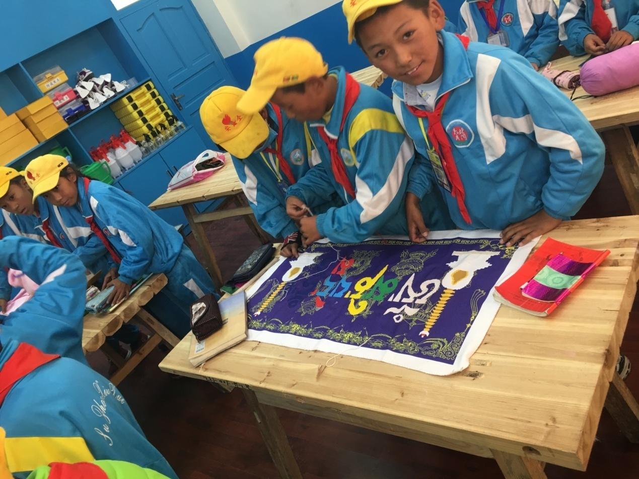 近日,由中国西部人才开发基金会资助的西藏自治区林周县苏州小学功能教室公益项目顺利通过验收,并与苏州小学进行交接,正式投入使用。该项目由红林国际有限公司捐赠支持,林周县教育局、发改委、财政局等部门共同参与实施。  小小讲解员在介绍苏州小学概况  同学们在德育室参观学习  少先队员们在德育室开展活动 林周县隶属西藏拉萨市,县域经济原始落后,全县各族人民生产生活水平低。